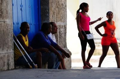 Küba'da sokaklar dinlenmek, buluşmak, laflamak, keyif yapmak, zaman geçirmek için..