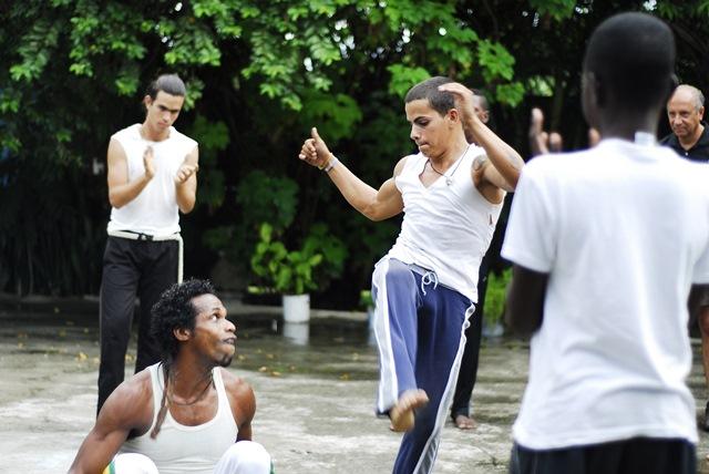 Gençler, mahalledeki dans hocasından spor-dans öğreniyorlar..