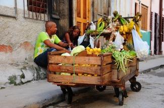 """""""Esnaf""""lık bizdeki kadar olmasa da az değil Küba'da.. İşte bir mobil manav.."""