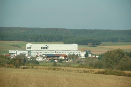 Ormanın kenarında, yeşilliklerin ortasında Puma fabrikası..