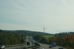 Avusturya'daki gibi bir rüzgar santrali tarlası görmedik, ama hem rüzgar santralleri, hem de güneş panelleri oldukça yaygın..
