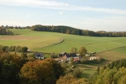 Ormanlar kadar, aradaki yemyeşil tarlalar ve evler de pek güzel gözüküyor..