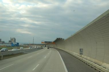 """Avusturya'nın kentlerini """"geçerken görmek"""" de mümkün olmuyor. Yerleşimle birlikte otoyolların kenarlarında ses duvarları yükseliyor.."""