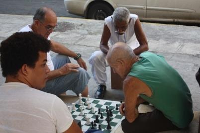 Satranç da tabii ki sokakta oynanır Küba'da..