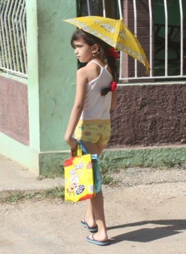 Çanta, şort ve şemsiyenin uyumuna dikkat..