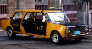 Havana'da eski limuzin taksi