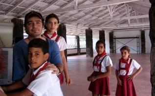 Kübalı çocuklarla bir köyde