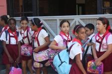 İlkokulKüba'nın seçimlerinde sandık başlarında ilkokul öğrencileri duruyor..