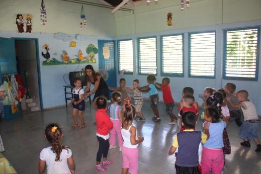 Kreş Terezas'da bir köyün kreşinde, çocukların arasına karışıyoruz.