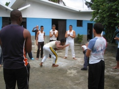 Kültür merkeziHocaları, boş zamanlarında, oturduğu mahalledeki öğrencilere ders veriyor.