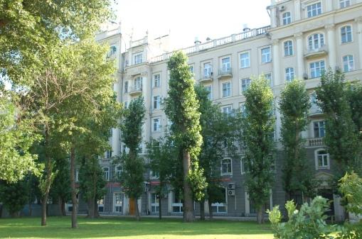 Moskova'da Ertan'ın evinde kaldık. Küçük ama modern ve kullanışlı bir ev. Moskova'da sık karşılaşabileceğiniz gibi, binalarla çevrili bir bölümün ortası, çocuk parkı ve yeşillik.