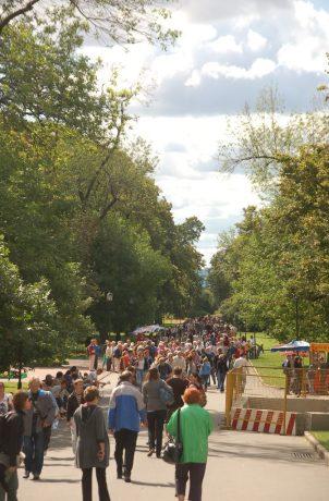 Parktaki insanların arasına karışıp Ağustos güneşinin keyfini çıkardık.