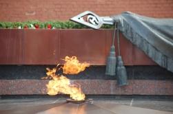 Meçhul asker anıtı. Hitlere karşı savaşta hayatını yitiren milyonlarca canın anısına.