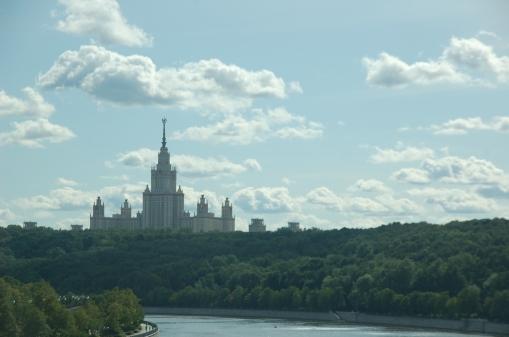 """Rusya'da """"Stalin'in gökdelenleri"""", yabancılar arasında """"Moscow's 7 sisters-Moskova'nın 7 kız kardeşi"""" olarak bilinen binalardan biri. Biri üniversite, ikisi otel, biri devlet binası, kalanı apartman dairesi olarak kullanılıyor."""
