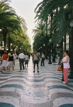 Barcelona'nın ünlü alışveriş caddesi La Rambla